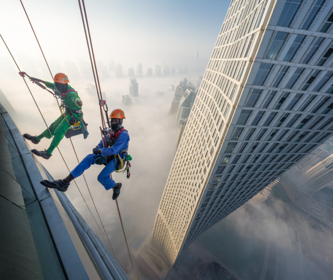 Đổ mồ hôi hột với những bức ảnh về công việc lau cửa kính tại các tòa nhà chọc trời tại Dubai - Ảnh 2.