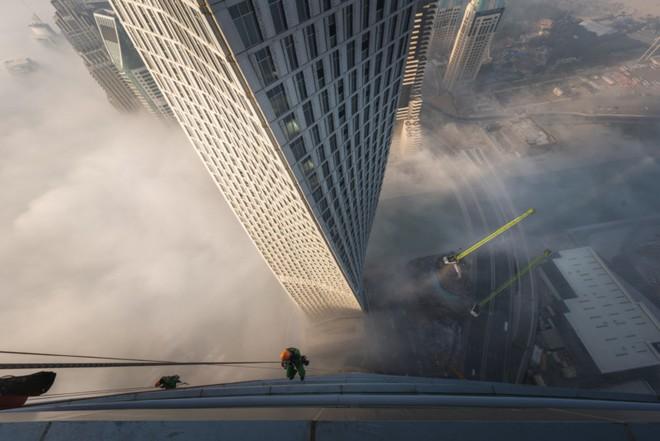 Đổ mồ hôi hột với những bức ảnh về công việc lau cửa kính tại các tòa nhà chọc trời tại Dubai - Ảnh 3.
