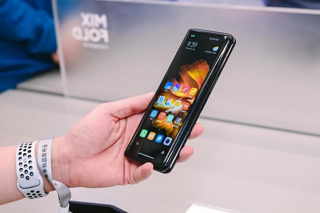 Cận cảnh Xiaomi Mi MIX Fold: Thiết kế gập giống Galaxy Z Fold2, giá chỉ từ 35 triệu thì có gì khác biệt? - Ảnh 6.