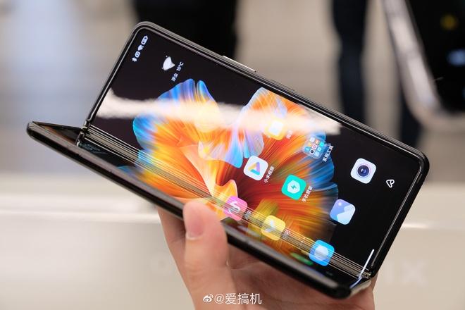 Cận cảnh Xiaomi Mi MIX Fold: Thiết kế gập giống Galaxy Z Fold2, giá chỉ từ 35 triệu thì có gì khác biệt? - Ảnh 2.