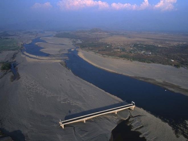 Cây cầu Choluteca: vừa xây xong thì gặp bão, chẳng hư hại gì nhưng sông lại đột ngột đổi hướng khiến cầu trở nên vô dụng