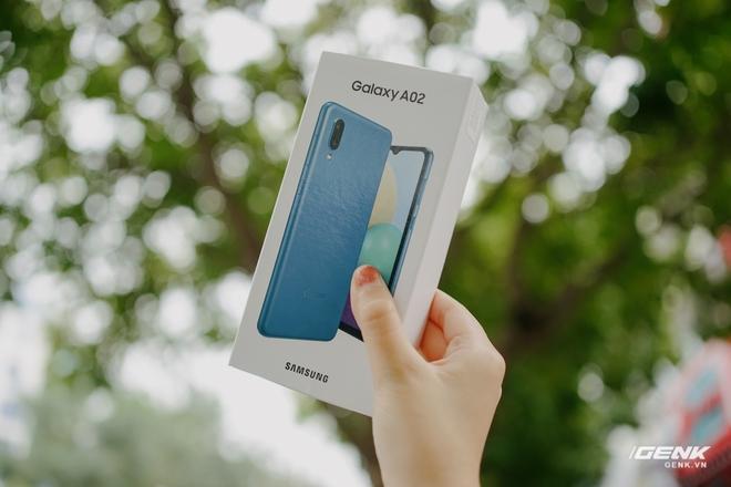 Trên tay Galaxy A02: Smartphone giá rất rẻ, pin rất trâu của Samsung - Ảnh 1.