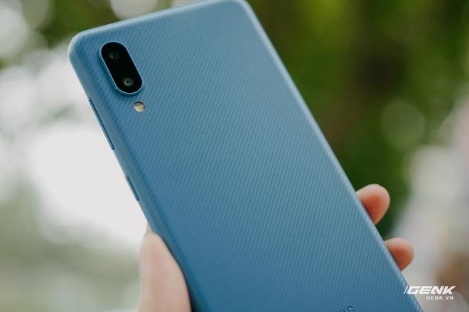 Trên tay Galaxy A02: Smartphone giá rất rẻ, pin rất trâu của Samsung - Ảnh 4.