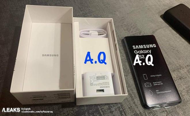 Galaxy A52 lộ ảnh thực tế: Mặt lưng nhám, camera lồi, phụ kiện đầy đủ - Ảnh 2.