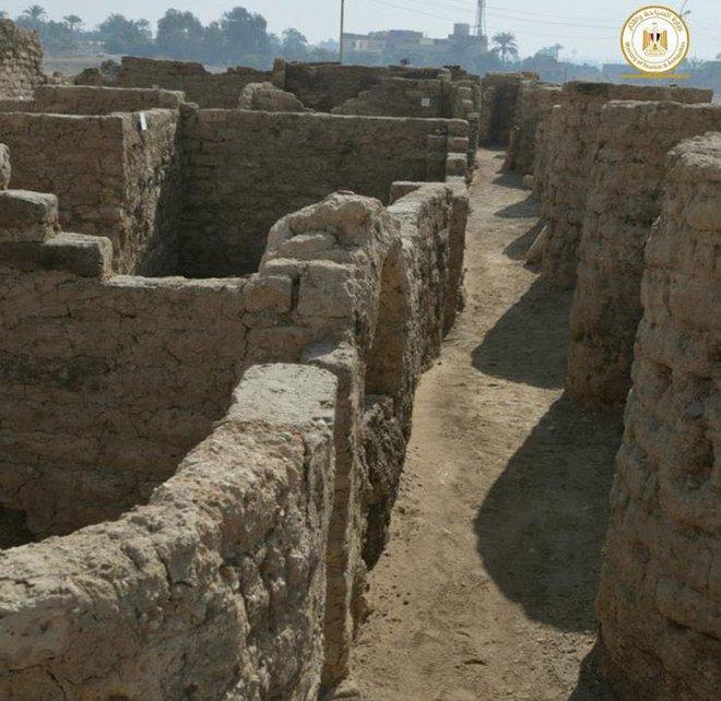 Phát hiện thành phố vàng thất lạc 3000 năm tuổi của Ai Cập cổ đại bị chôn vùi dưới cát - Ảnh 1.