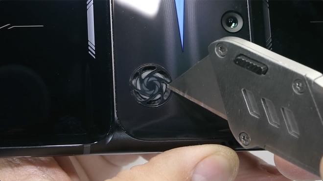 Test độ bền Lenovo Legion Phone Duel 2 và cái kết: Trông thì hầm hố đấy nhưng bẻ nhẹ là gãy! - Ảnh 8.