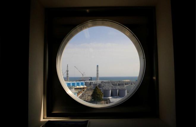 Không thể xử lý nổi nước ô nhiễm hạt nhân từ nhà máy Fukushima, Nhật Bản quyết định sẽ xả ra biển - Ảnh 2.