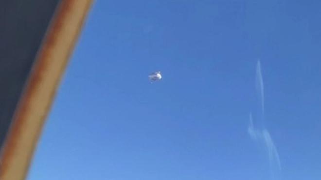 Bộ quốc phòng Mỹ thừa nhận UFO bí ẩn hình kim tự tháp đã lởn vởn trên đầu chiến hạm nước này - Ảnh 2.