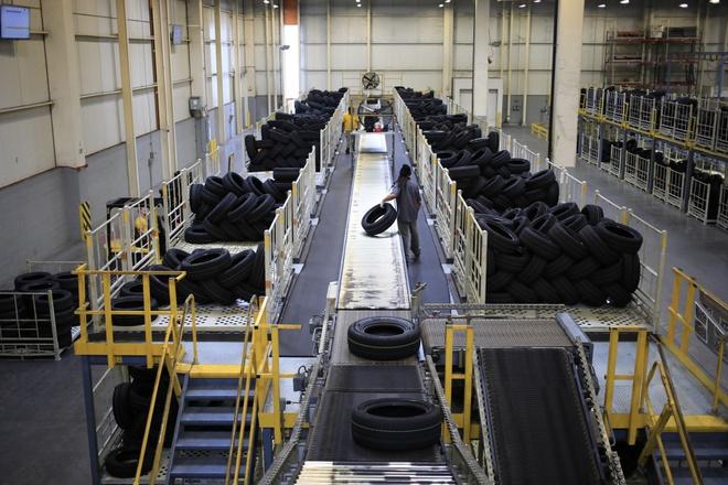 Ngành sản xuất ô tô đối mặt vấn nạn mới về nguồn cung: Thiếu cao su làm săm lốp - Ảnh 1.
