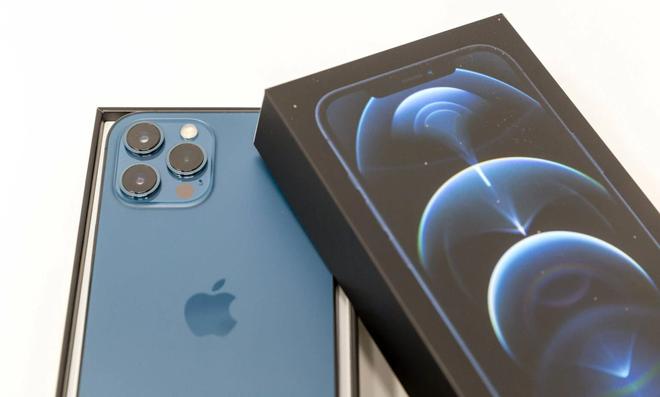Loại bỏ củ sạc trên iPhone giúp Apple tiết kiệm được 861.000 tấn kim loại - Ảnh 1.
