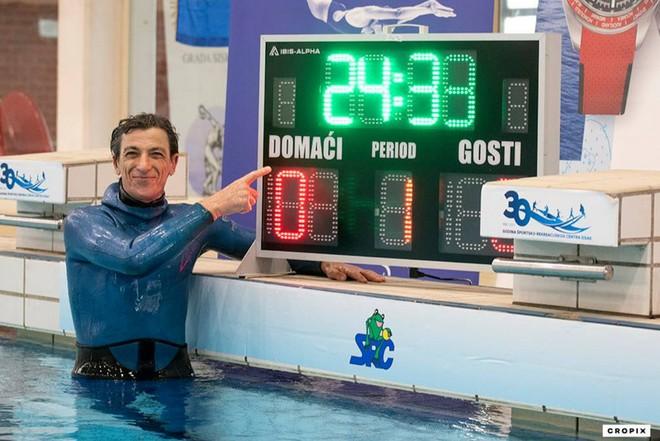 Người đàn ông 54 tuổi nhịn thở dưới nước trong 24 phút 33 giây, tự phá kỷ lục bản thân và lập kỷ lục thế giới mới - Ảnh 1.