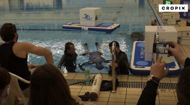 Người đàn ông 54 tuổi nhịn thở dưới nước trong 24 phút 33 giây, tự phá kỷ lục bản thân và lập kỷ lục thế giới mới - Ảnh 3.