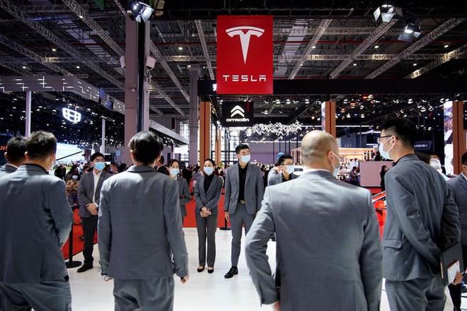 Người dùng Tesla nhảy lên nóc xe làm loạn tại triển lãm ô tô Thượng Hải - Ảnh 2.
