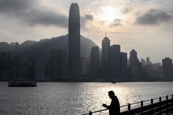 Một cụ già 90 tuổi ở Hong Kong bị những kẻ lừa đảo qua điện thoại chiếm đoạt gần 33 triệu USD - Ảnh 1.