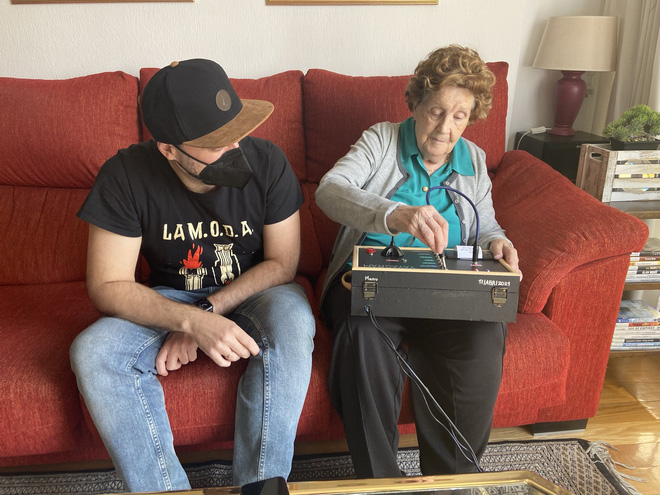 Bà nội 96 tuổi không dùng được điện thoại, anh thanh niên tự làm cả một cỗ máy in tin nhắn ra giấy cho dễ đọc - Ảnh 4.