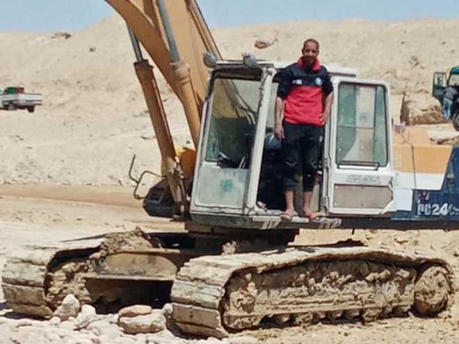 Tâm sự của thợ lái máy xúc trên kênh đào Suez: Cả thế giới như đang cười nhạo công việc của tôi - Ảnh 1.