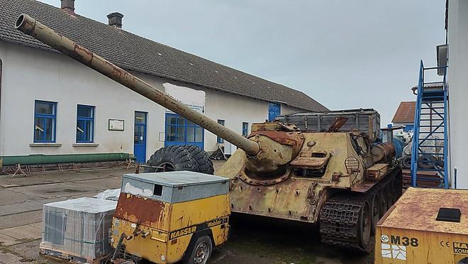 Tin lời cảnh sát, một người Séc mang cả xe tăng hồng cùng pháo tự hành đến đăng ký sở hữu - Ảnh 3.