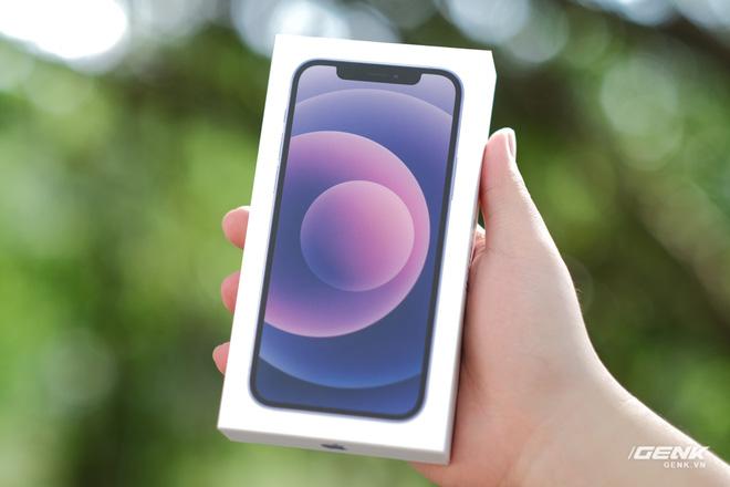 Trên tay iPhone 12 màu tím mộng mơ mới, giá chính hãng 22 triệu đồng - Ảnh 1.