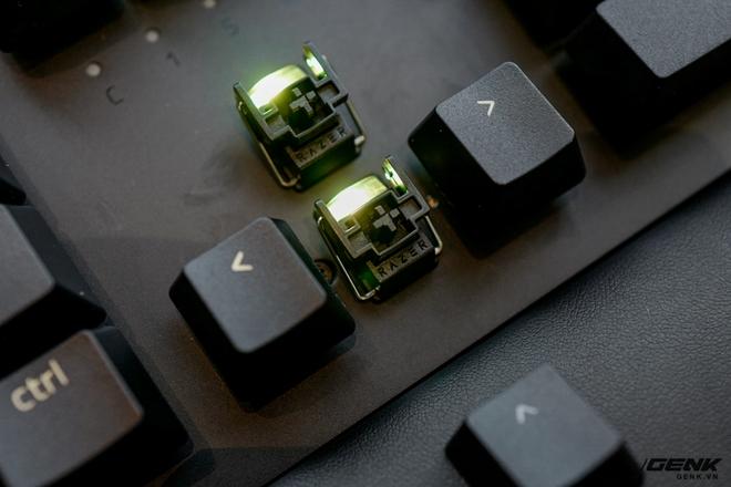 Mở hộp bàn phím cơ Razer Huntsman V2 Analog: Switch quang học, vòng chỉnh âm lượng, đệm tay cũng có cả đèn RGB - Ảnh 13.