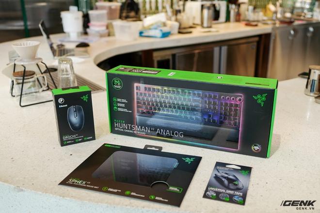 Mở hộp bàn phím cơ Razer Huntsman V2 Analog: Switch quang học, vòng chỉnh âm lượng, đệm tay cũng có cả đèn RGB - Ảnh 14.