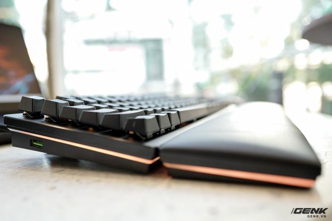 Mở hộp bàn phím cơ Razer Huntsman V2 Analog: Switch quang học, vòng chỉnh âm lượng, đệm tay cũng có cả đèn RGB - Ảnh 6.