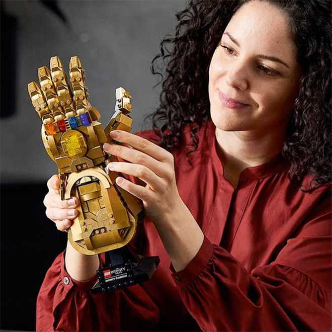 LEGO ra mắt mô hình Găng vô cực gồm 590 miếng ghép, có thể tạo hình búng tay tanh tách như Thanos, giá hơn 1,6 triệu đồng - Ảnh 4.