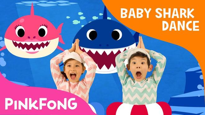 """Ryan Reynolds cho con gái 1 tuổi xem phim cá mập kinh dị của vợ để giúp bé """"cai"""" Baby Shark - Ảnh 1."""