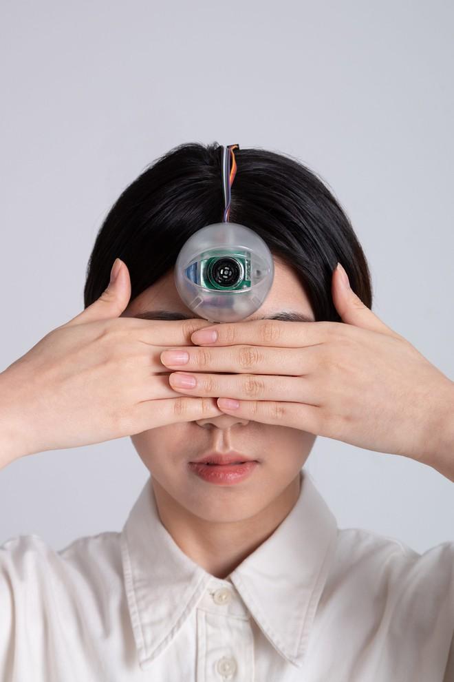 Con mắt thứ ba có thể cho phép bạn vừa đi bộ vừa dán mắt vào điện thoại mà không phải lo đâm đầu vào cột điện - Ảnh 1.