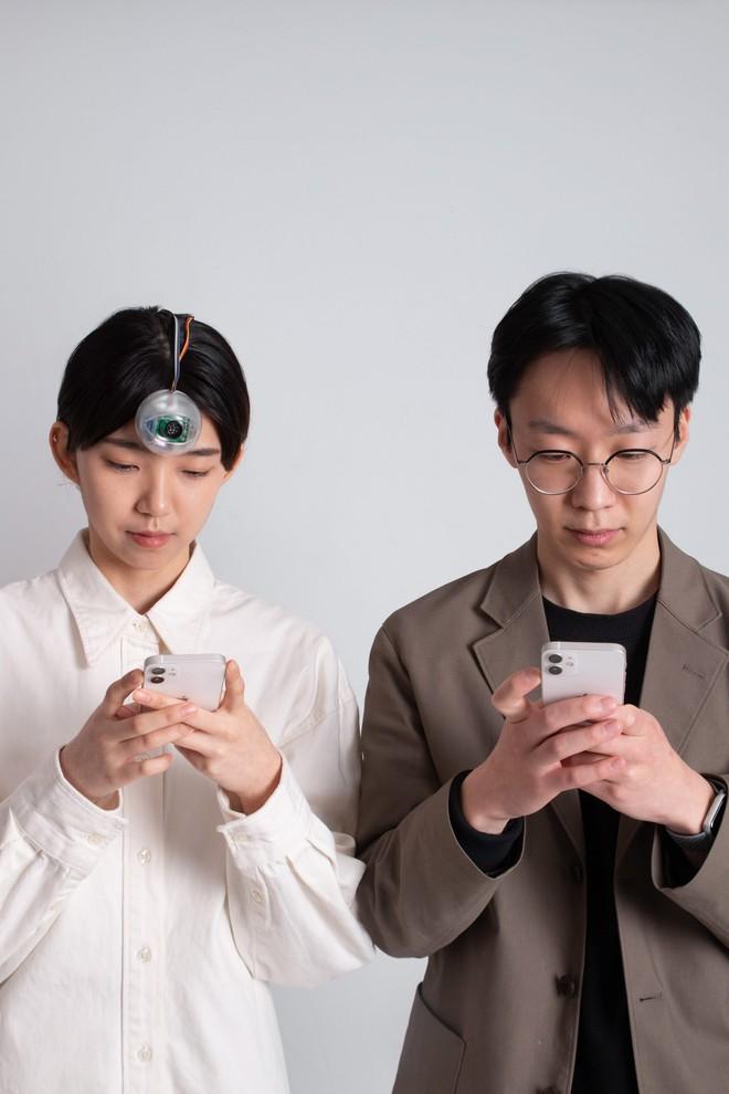Con mắt thứ ba có thể cho phép bạn vừa đi bộ vừa dán mắt vào điện thoại mà không phải lo đâm đầu vào cột điện - Ảnh 4.