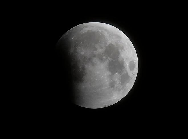 Những bức ảnh ngoạn mục nhất về sự kiện siêu trăng máu vừa diễn ra - Ảnh 1.