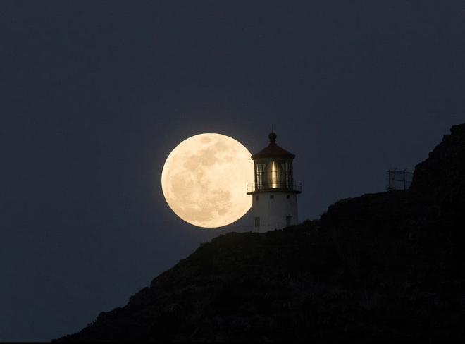 Những bức ảnh ngoạn mục nhất về sự kiện siêu trăng máu vừa diễn ra - Ảnh 2.