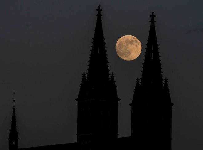Những bức ảnh ngoạn mục nhất về sự kiện siêu trăng máu vừa diễn ra - Ảnh 5.
