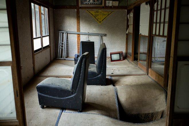 Bộ ảnh đẹp tới nao lòng về những chiếc TV cũ bị bỏ hoang ở Nhật Bản - Ảnh 2.