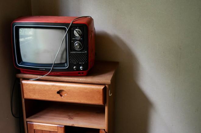 Bộ ảnh đẹp tới nao lòng về những chiếc TV cũ bị bỏ hoang ở Nhật Bản - Ảnh 3.
