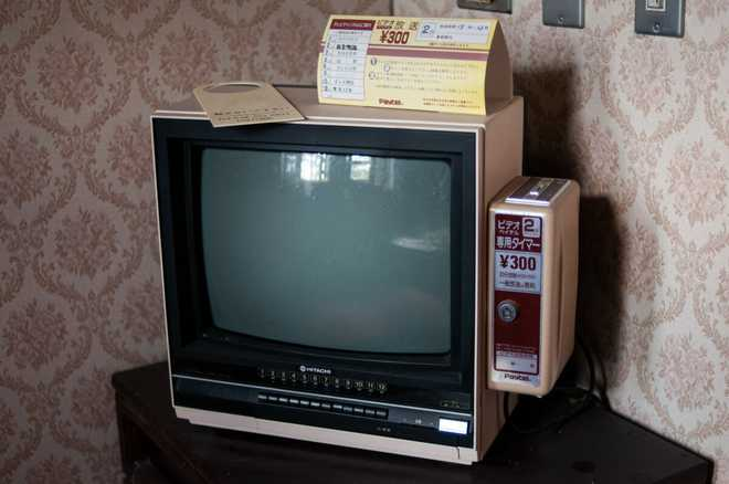 Bộ ảnh đẹp tới nao lòng về những chiếc TV cũ bị bỏ hoang ở Nhật Bản - Ảnh 8.