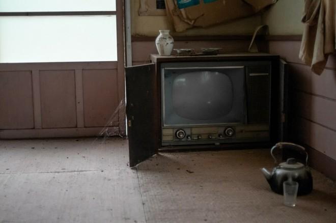 Bộ ảnh đẹp tới nao lòng về những chiếc TV cũ bị bỏ hoang ở Nhật Bản - Ảnh 6.
