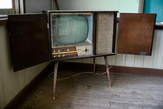 Bộ ảnh đẹp tới nao lòng về những chiếc TV cũ bị bỏ hoang ở Nhật Bản - Ảnh 7.