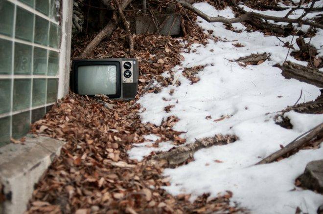 Bộ ảnh đẹp tới nao lòng về những chiếc TV cũ bị bỏ hoang ở Nhật Bản - Ảnh 9.