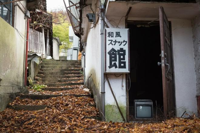 Bộ ảnh đẹp tới nao lòng về những chiếc TV cũ bị bỏ hoang ở Nhật Bản - Ảnh 10.