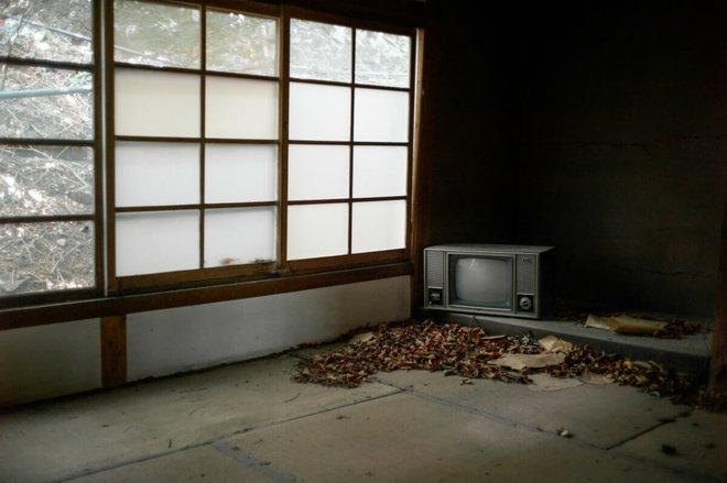 Bộ ảnh đẹp tới nao lòng về những chiếc TV cũ bị bỏ hoang ở Nhật Bản - Ảnh 11.