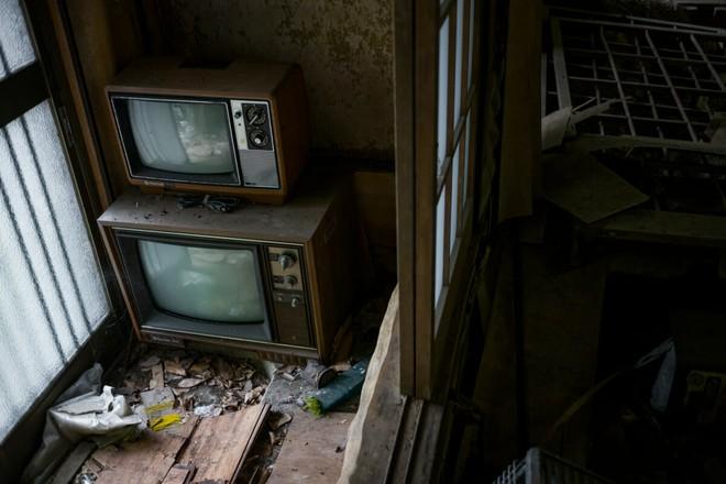 Bộ ảnh đẹp tới nao lòng về những chiếc TV cũ bị bỏ hoang ở Nhật Bản - Ảnh 12.