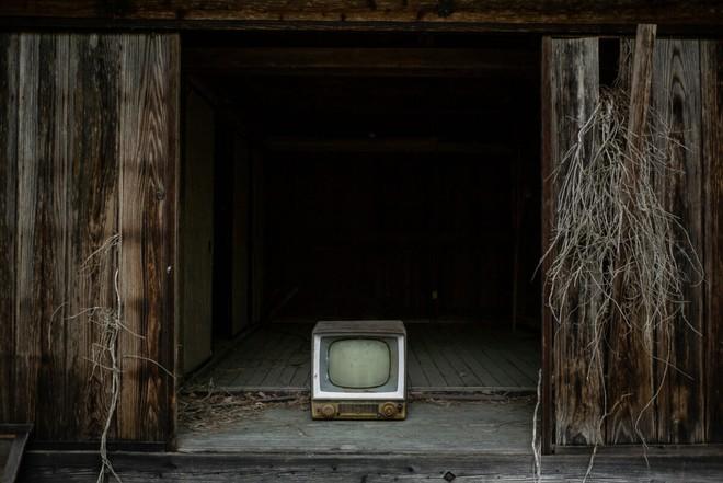 Bộ ảnh đẹp tới nao lòng về những chiếc TV cũ bị bỏ hoang ở Nhật Bản - Ảnh 13.