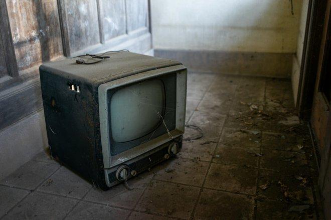 Bộ ảnh đẹp tới nao lòng về những chiếc TV cũ bị bỏ hoang ở Nhật Bản - Ảnh 5.