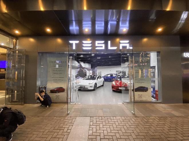 Thực tế doanh số bán xe điện Huawei: Đơn hàng nhiều tới không ngờ, mọi người chen lấn để được lái thử - Ảnh 4.