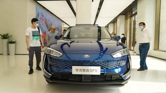 Thực tế doanh số bán xe điện Huawei: Đơn hàng nhiều tới không ngờ, mọi người chen lấn để được lái thử - Ảnh 2.