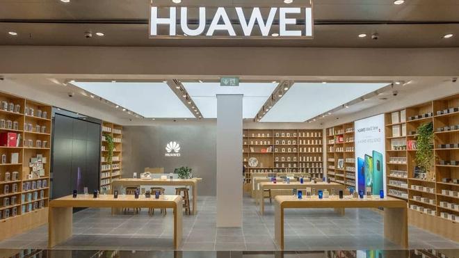 Dạo quanh cửa hàng của Huawei trên khắp Trung Quốc sẽ thấy rất ít smartphone - Ảnh 1.