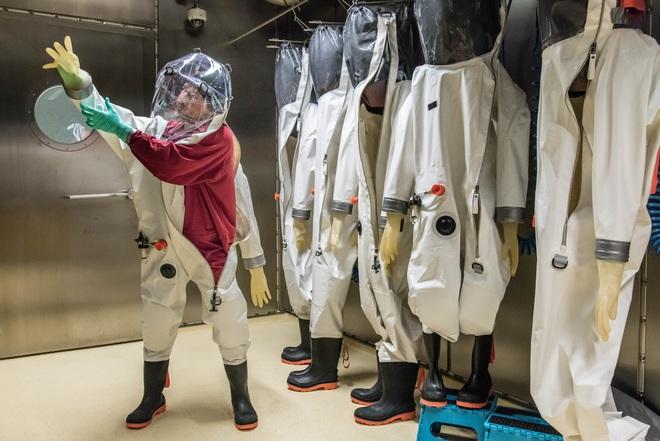 4 cấp độ an toàn sinh học trong phòng thí nghiệm và công việc của các nhà khoa học bên trong đó - Ảnh 4.