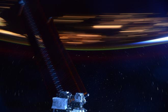 Hình ảnh này sẽ giúp bạn hình dung Trạm vũ trụ quốc tế ISS di chuyển với tốc độ 28.000 km/h là nhanh như thế nào - Ảnh 1.
