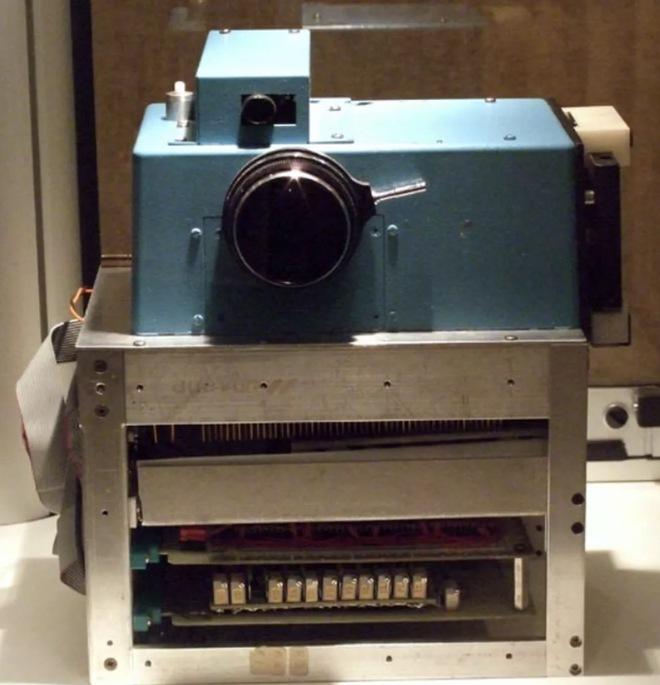 Lịch sử của camera kỹ thuật số: Từ nguyên mẫu những năm 70 nặng 4kg đến những chiếc iPhone và Galaxy bé nhỏ nằm trong túi - Ảnh 2.