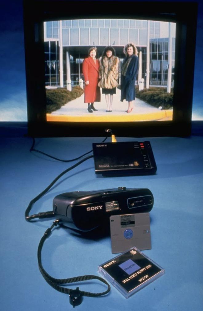 Lịch sử của camera kỹ thuật số: Từ nguyên mẫu những năm 70 nặng 4kg đến những chiếc iPhone và Galaxy bé nhỏ nằm trong túi - Ảnh 3.